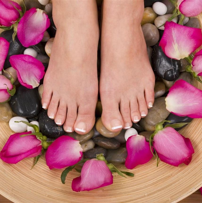 кажется, это живые цветы у женских ног картинки была актрисой, светской